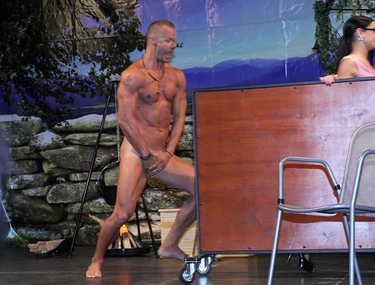 Všichni si mohli prohlédnout jeho nahé tělo.
