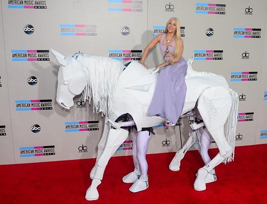 Příchod Lady Gaga na American Music Awards byl pompézní.