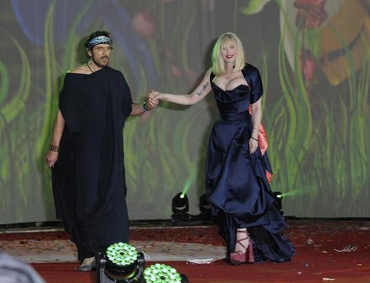 Zpěvačku doprovodil na ples manžel Vivienne Westwood, od které měla šaty.