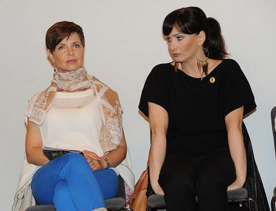 S kolegyní Markétou Fialovou na tiskové konferenci.