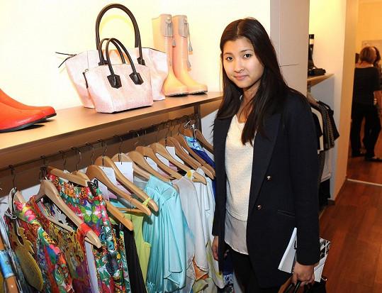 Dcera návrháře Emilly Choo působí vemi nenápadně a plaše.