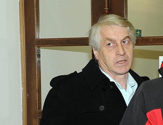 Pózovač s urnou Josef Rychtář útočí proti nové desce.