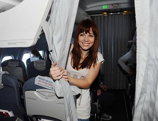Míša byla v letadle pěkně veselá.