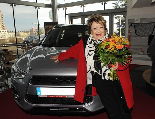 Další den si jela pro nové auto, které si nadělila k Vánocům.