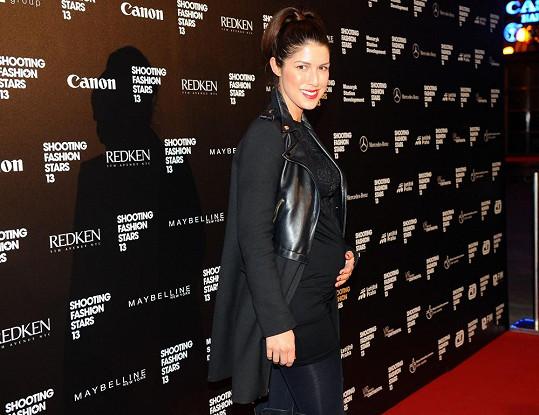 Zpěvačka Victoria vypadá ve čtvrtém měsíci těhotenství stále senzačně.
