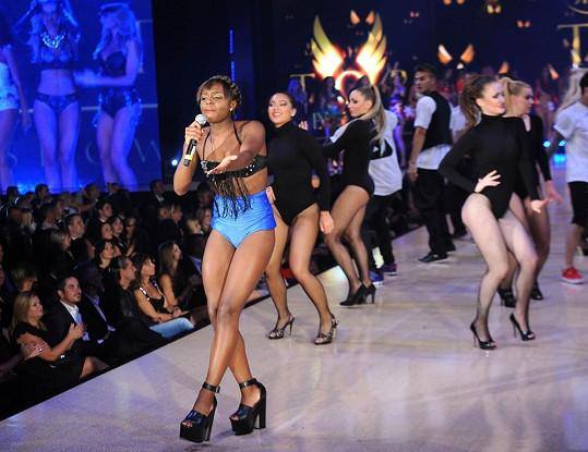 Exotická zpěvačka Esther Lubadika si mohla dovolit obléct odvážnější kostým než Ewa Farna.