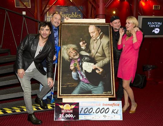 V závěru představení se dražila fotka Sagiho s Michalem Davidem a výtěžek dostala nadace Venduly Svobodové.