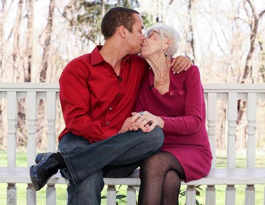 Pár, který dělí 60 let, je plný vášně.