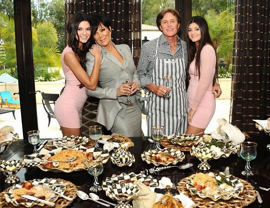 Kylie (vpravo) s rodiči a sestrou Kendall