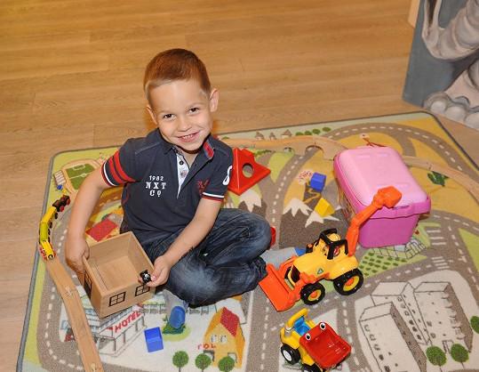 Mladší Matěj si také hrál, zatímco pro něj maminka vybírala nové oblečení.