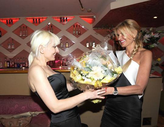Další kytku jí přinesla i Tamara Kotvalová.