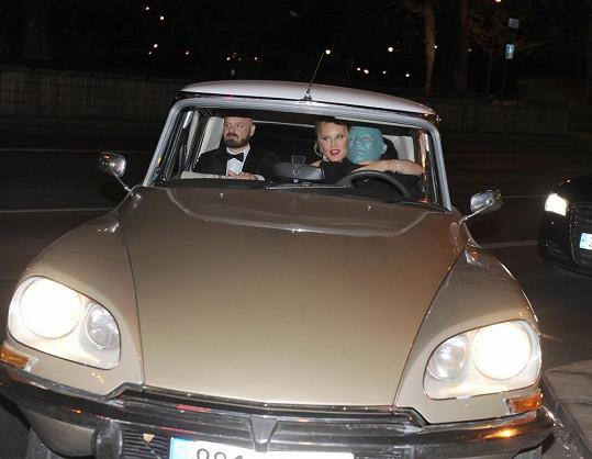 Simonu opravdu přivezl do Opery Fantomas, který řídil stejný typ vozu, jehož je Simona nyní tváří.
