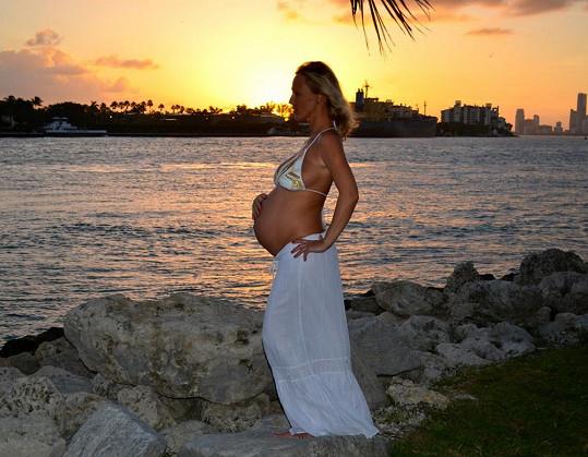 Pokud by neměla moderátorka vyklenuté bříško, tak by nikdo nepoznal, že je těhotná. Přibrala minimálně.