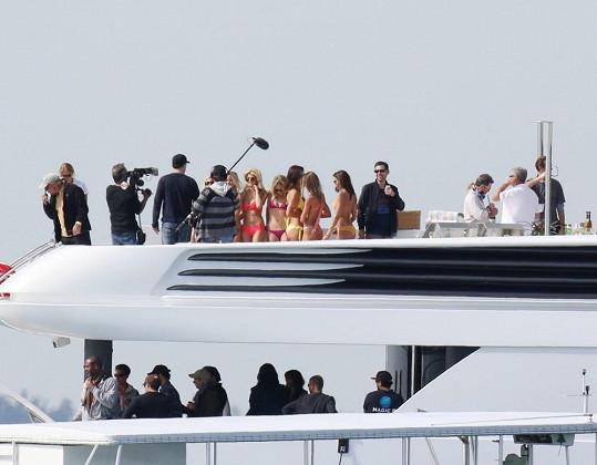 Natáčení na jachtě se účastnila spousta mladých slečen.