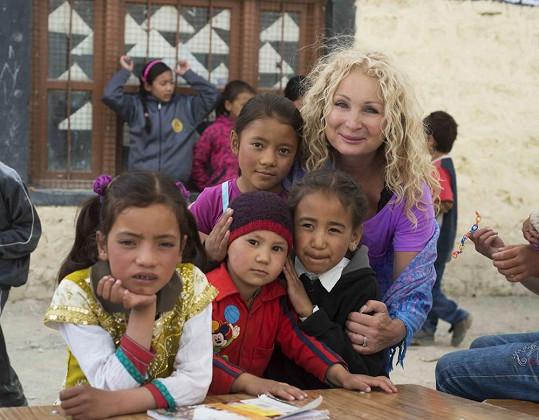 Světlana s dětmi. Vlevo vedle ní je holčička Tani, o kterou se Světlana na dálku stará.