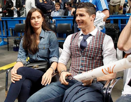Modelka se svým partnerem Cristianem Ronaldem na basketbalovém zápase.
