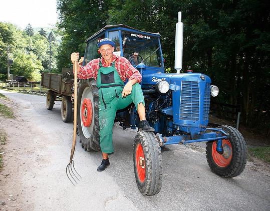 Martin Maxa jako chudý traktorista.