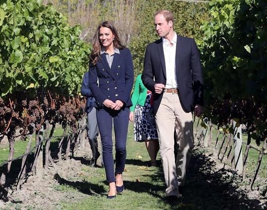 Třetí outfit sedmého dne. Už podruhé za svou zahraniční misi si kráska oblékla blejzr ze španělského módního řetězce Zara v námořnické modré barvě, do kterého vsadila košili Gap s modrou a bílou drobnou kostkou a boty na klínu Stuart Weitzman.