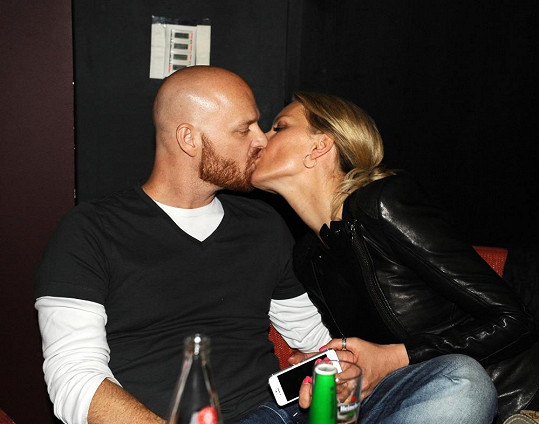 Vágner svou manželku utěšoval žhavými polibky.