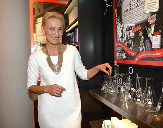 Šmuková je zakladatelka a ředitelka Nadačního fondu Pink Bubble, který pomáhá onkologicky nemocným náctiletým a mladým dospělým v průběhu léčby, v době rekonvalescence a při následném návratu do života.