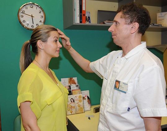 Monika Marešová vrásky konzultuje s primářem plastické chirurgie Michalem Pulsem.