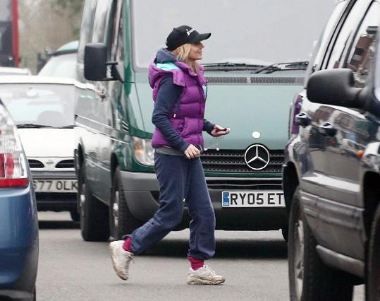 Geri odvážně probíhá mezi auty na silnici.