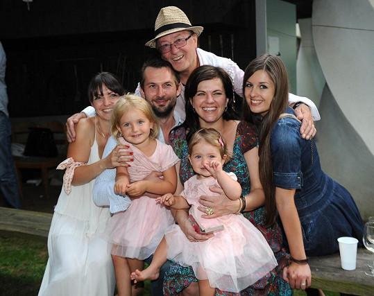 Velká rodina. Petr Janda obklopený všemi svými dcerami, nejstarší Martou, Eliškou z druhého manželství a Anežkou a Rozárkou, které mu porodila jeho třetí žena Alice.