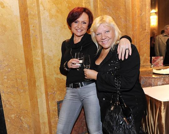 Zpěvačka na večírku s kolegyní Marií Pojkarovou.