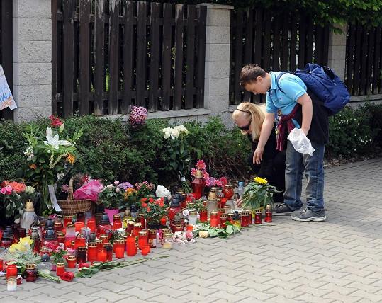 Před domkem Ivety Bartošové se vytvořilo pietní místo.