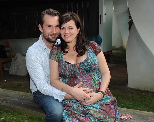 Marta Jandová pár dní před porodem na fotce s přítelem Miroslavem Vernerem