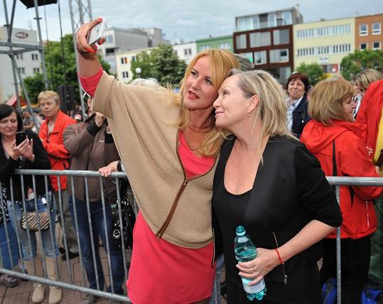 Vendula na zlínském festivalu s Bárou Basikovou. Selfie musí být.