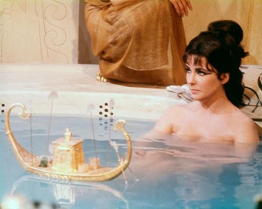Liz ve své nejodvážnější scéně ve filmu Kleopatra (1963).