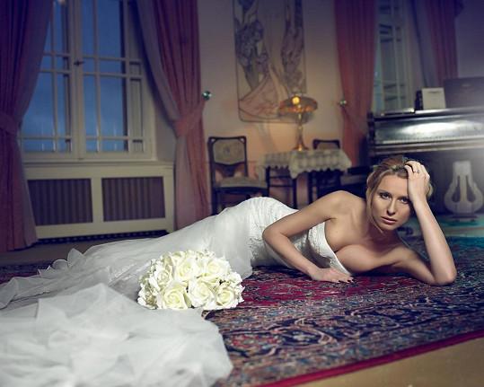 Na památku se nechala nafotit v sexy svatebních šatech.