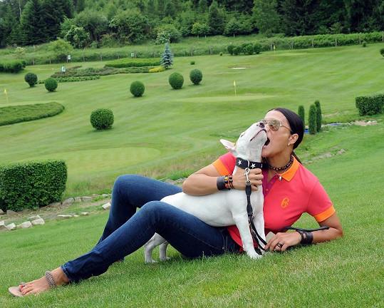 Na golf si vzala štěně Umberta.