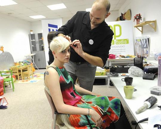 Markétě kadeřník Honza nabarvil část vlasů růžovou a fialovou barvou.