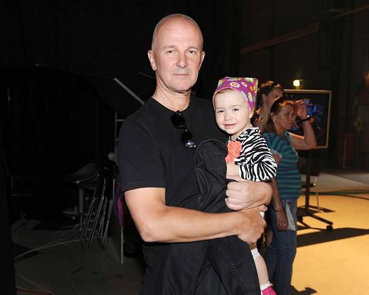 Ondřej Soukup s roční dcerou Rebekou.