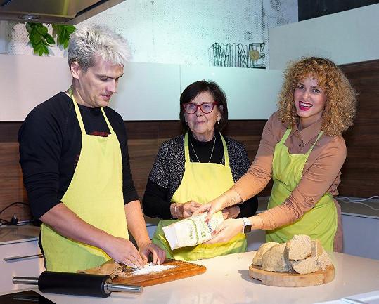 Julián Záhorovský s Věrou Doušovou a Kateřinou Pechovou (vpravo) během pečení pro Potravinovou banku