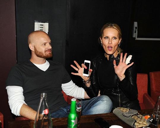 Simona Krainová vyrazila s Karlem Vágnerem do společnosti i se zaníceným prstem.