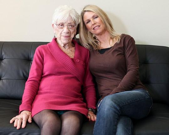 Marjorie si libuje v krátkých šatech a při sezení ukázala kalhotky. Na fotce je s matkou svého přítele.