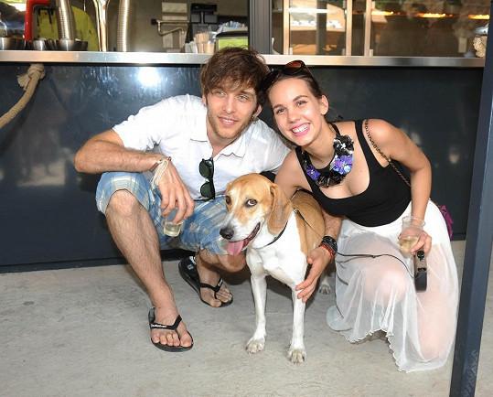 Míša Doubravová s přítelem a novým psem