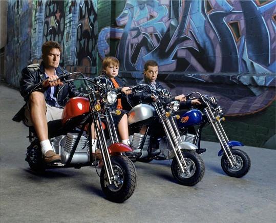 Angus se svými seriálovými kolegy Charlie Sheenem a Jonem Cryerem