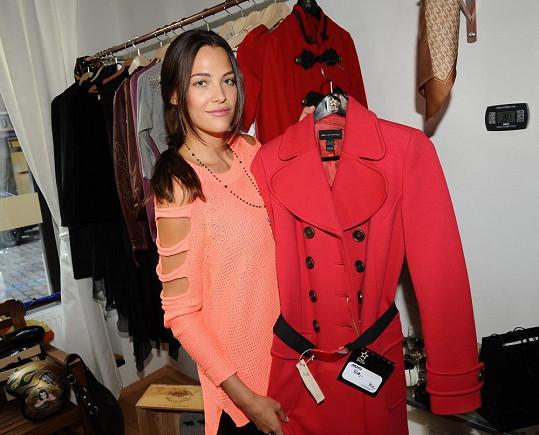 Katka udělala průvan ve skříni a věnovala své oblečení do bazaru. Poslouží dobré věci.
