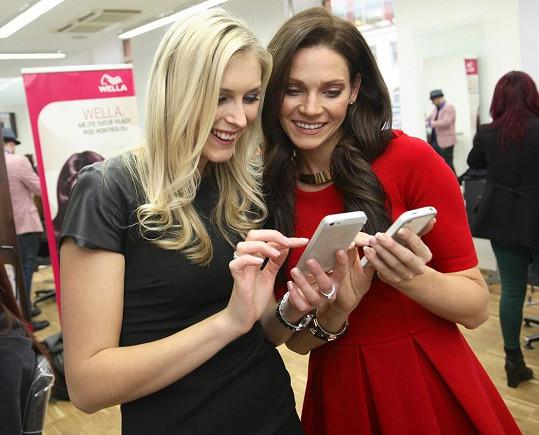 Moderátorka akce Zora Kepková si s Andreou Verešovou vyměňují telefonní kontakty.