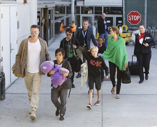 Slavný pár vzal na výlet všech svých šest dětí.