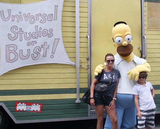 Jana i Daník si udělali foto s Homerem Simpsonem.