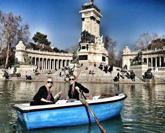 Dara Rolins odjela do Madridu, kde si s kamarádkou užívala nádherné jarní teploty.