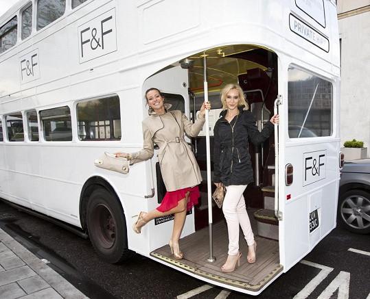 S Evou jsem si povídali během přepravy ve stylovém dvoupatrovém autobuse.