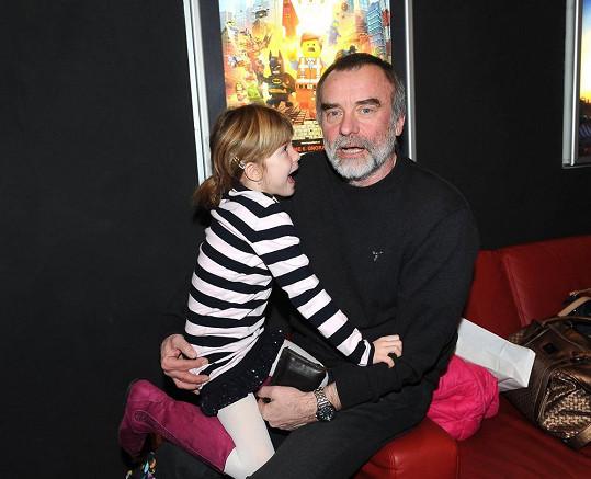 Jaroslav Brabec vyrazil s dcerou Aničkou na premiéru filmu Lego Movie.
