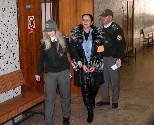 Nora Mojsejová pádí k soudu.
