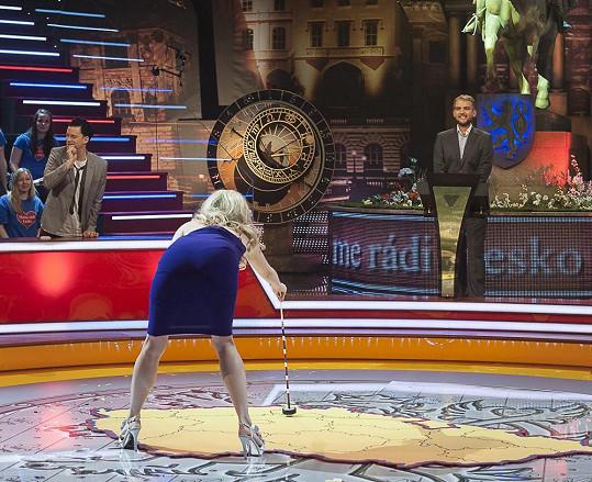 Leona Machálková se předklonila a ukázala divákům své pozadí.